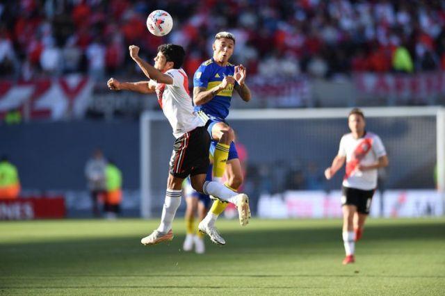 Saltan Rojas y Almendra en la disputa de la pelota