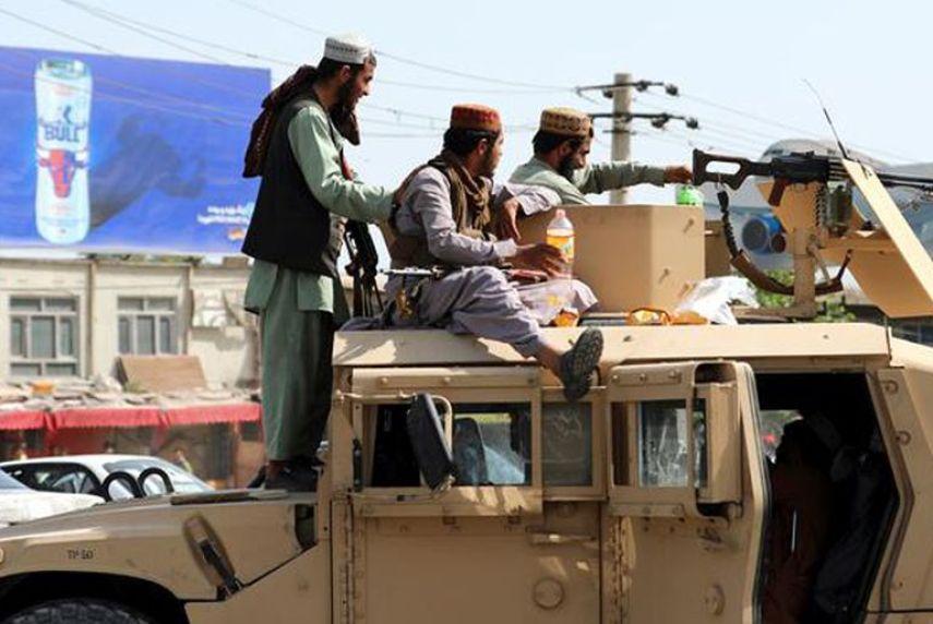 Talibanes con vehículos Humvee estadounidenses