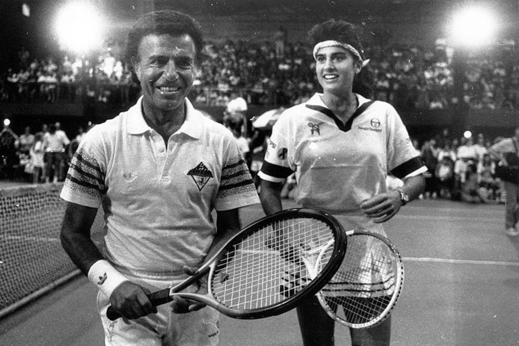 Carlos Menem jugando en pareja con Gabriela Sabatini. 13 de diciembre de 1992.