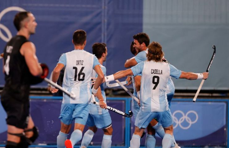 El equipo argentino festeja su tercer gol ante Nueva Zelanda.