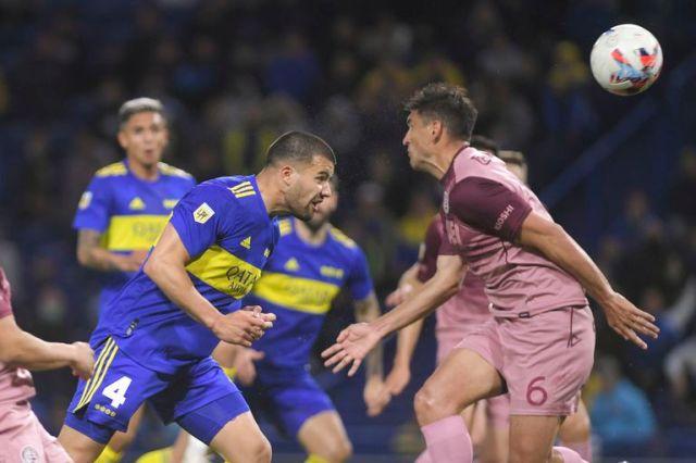 Marcelo Weigandt cabecea al gol; fue el 1-1 de Boca tras la asistencia de Cardona