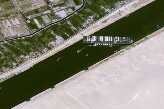 El Ever Given, que tiene 400 metros de largo, quedó atravesado en diagonal en el interior de un canal de no mucho más de 200 metros de ancho, y bloqueó el tránsito en ambas direcciones