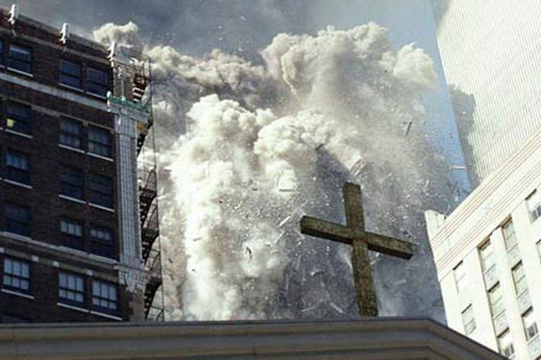 Derrumbe del edificio con una cruz enfrente.