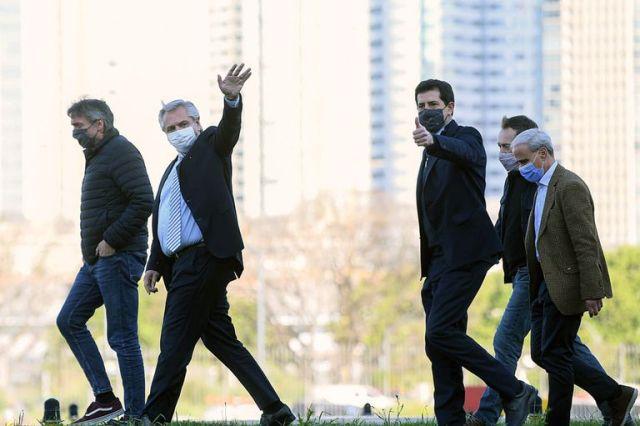 Alberto Fernández, con Máximo Kirchner y Wado de Pedro, camino al helicóptero presidencial; otro intento por transmitir que la crisis interna está bajo control