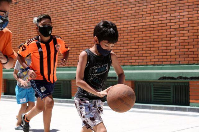 A diferencia de los adultos, los niños practican deporte con el tapabocas