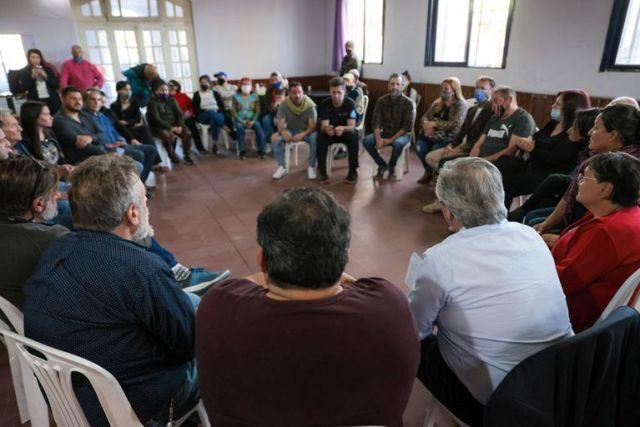 Alberto Fernández (de espaldas), en una reunión con vecinos en el conurbano