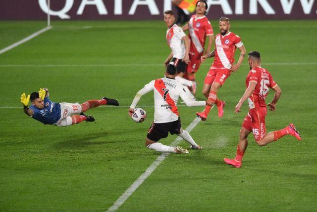 Matías Suárez anota el gol de River en el partido de ida