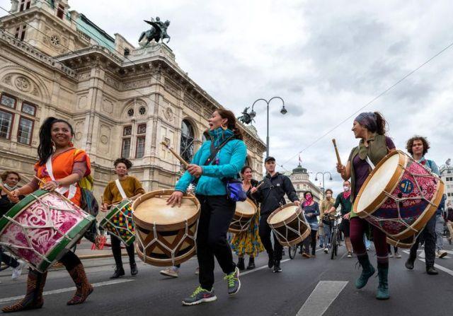 Al ritmo de los tambores protestan en la Huelga Climática Global del movimiento Fridays for Future en Viena, Austria, el 24 de septiembre de 2021