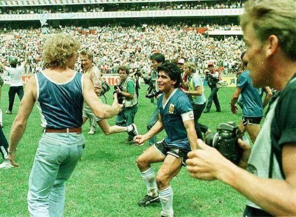De espaldas, a punto de darse el abrazo con Maradona, el día de los dos goles a los ingleses, Mundial 1986.