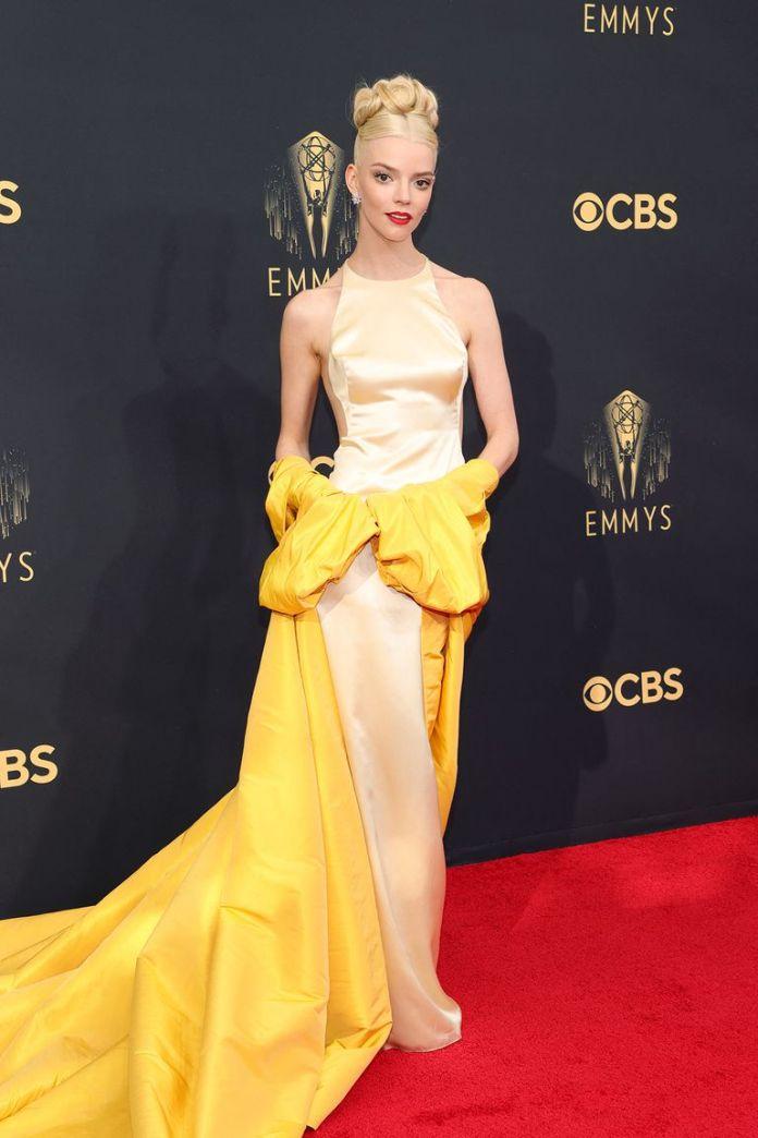 Anya Taylor-Joy optó por un sofisticado y elegante vestido en tonos amarillos