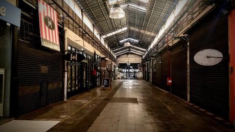 Un emblema porteño, en caída: San Telmo suma 700 comercios en peligro y un mercado casi