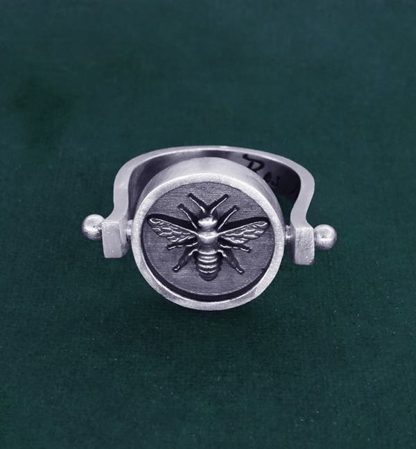 Rotating round ring with bee inspired by d'a jewel d'Ancient Egypt in sterling silver made in France face view | Res Mirum