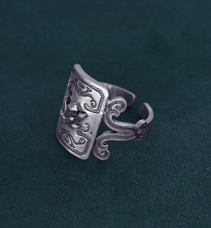 Bague à décors de cristaux et volutes imaginé dans l'esprit minéralogie en argent fabriquée main vue côté | Res Mirum