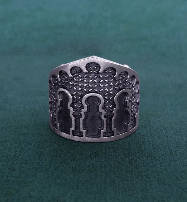 Ring inspired by the doors and facades of Maghreb palaces made of solid silver | Res Mirum