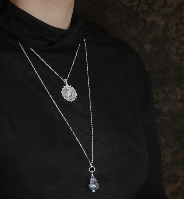 Pendentifs rond sur chaîne courte & lanterne sur chaîne longue d'inspiration orientale & florale vue côté | Res Mirum