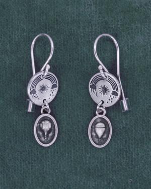 Petites boucles d'oreilles rondes aux motifs aériens de ciel et mini breloques aérostats en argent 925 fabriquées en France | Res Mirum
