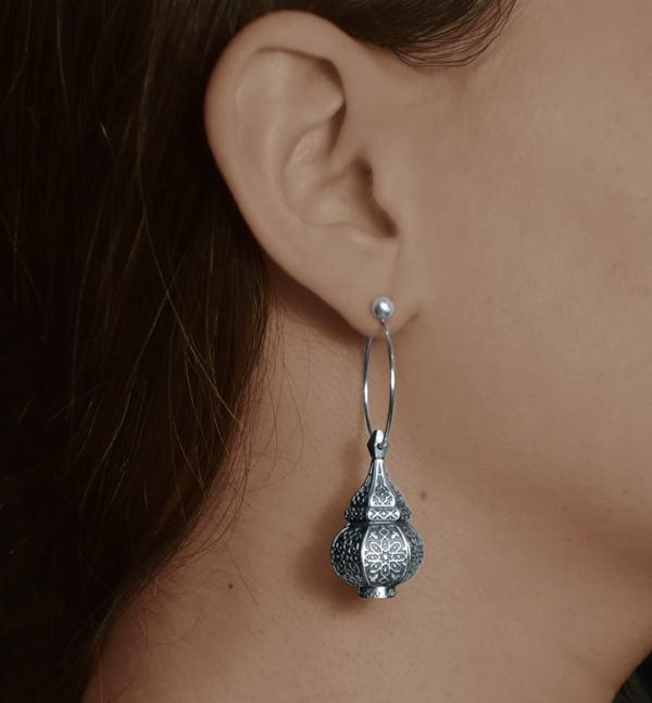 Boucles d'oreilles asymétriques inspirées des lanternes orientales sur créoles en argent 925 portées | Res Mirum