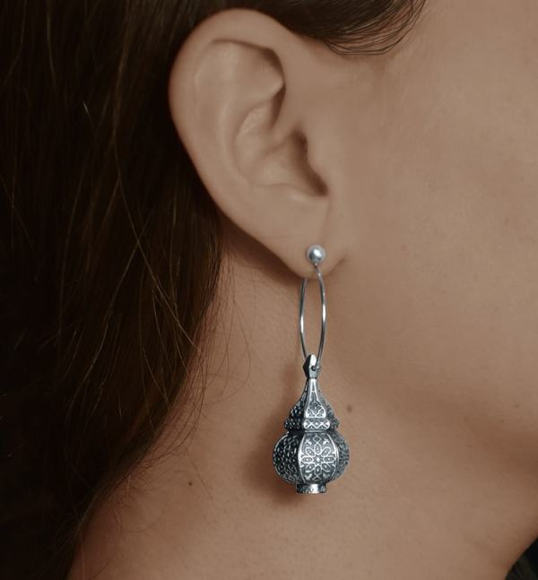 Earrings d'asymmetrical earrings inspired by oriental lanterns on 925 silver creoles worn | Res Mirum