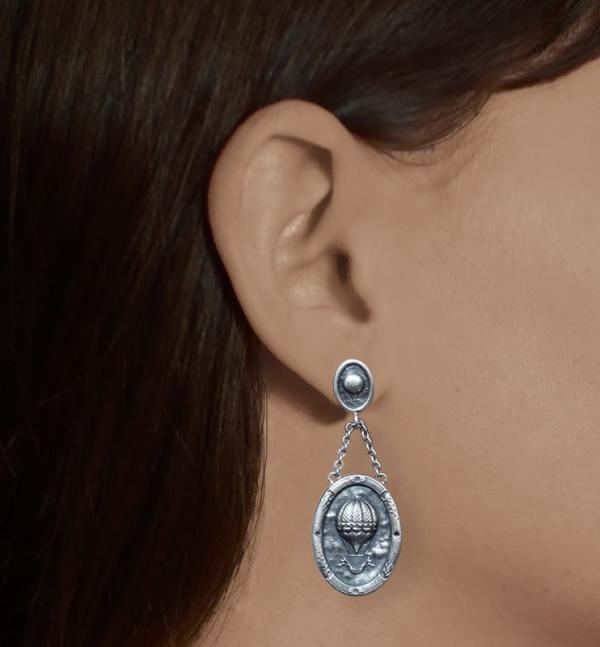 Boucles d'oreilles ovales petites montgolfières dans l'esprit Marie-Antoinette & Versailles en argent fait main en France portées | Res Mirum