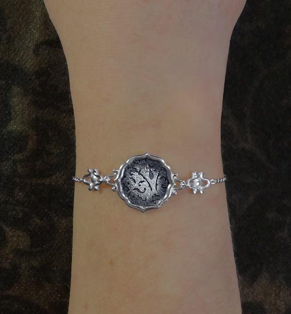 Bracelet rond à motifs de fleurs de lys et arabesques, en argent 925 fait main porté | Res Mirum