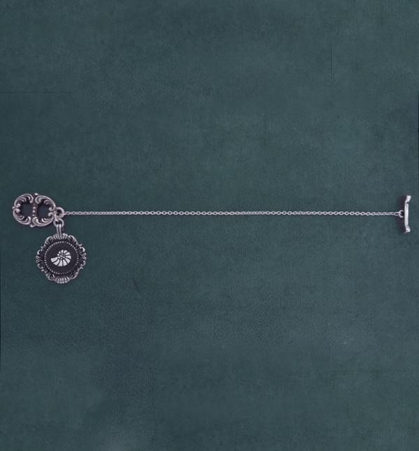 Bracelet baroque style toogle inspiré des nautilus, ammonites ou coquillages très présents dans les cabinets de curiosités de la Renaissance porté | Res Mirum