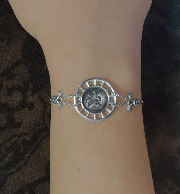 Bracelet rond à motif botanique de lys façon herbier dans un cadre d'inspiration architecture en argent de fabrication Française porté | Res Mirum