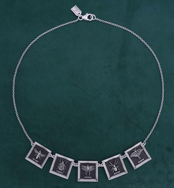 Collier abeille, punaise, criquet, araignée & papillon dans des cadres carrés en argent massif | Res Mirum