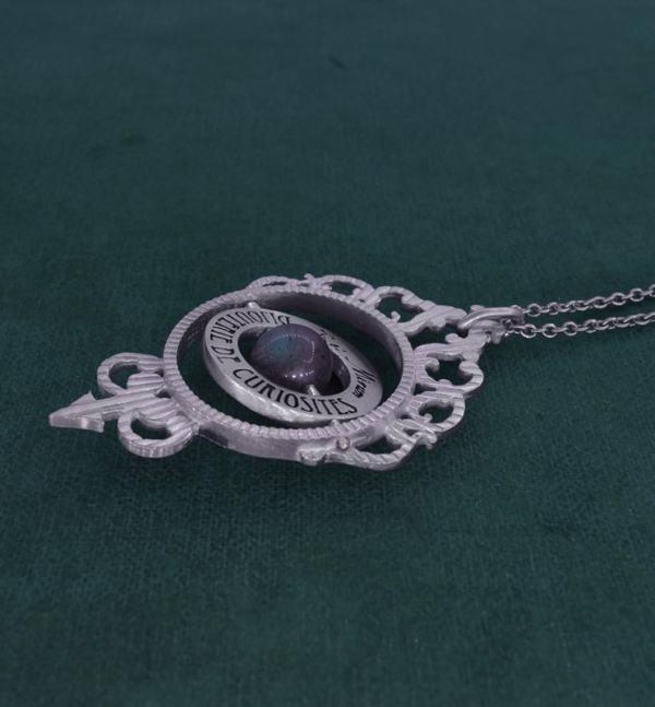 Pendentif astrolabe de la Renaissance imaginé autour de l'astronomie et de l'astrologie avec perle de labradorite en argent 925 de fabrication artisanale vue côté | Res Mirum