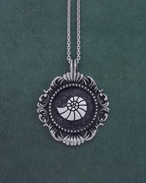 Pendentif coquillage, nautile ou ammonite inspiré des cabinet de curiosités et des muséums en argent 1er titre made in France | Res Mirum