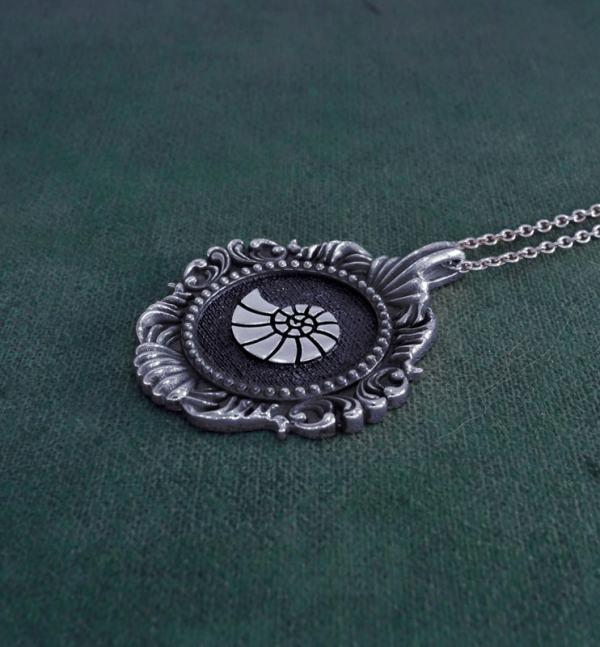 Pendentif coquillage, nautile ou ammonite inspiré des cabinet de curiosités et des muséums en argent 1er titre made in France vue côté   Res Mirum