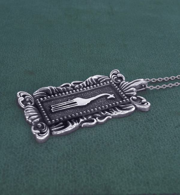 Rectangular pendant with giraffe motif & baroque frame imagined in l'museum spirit d'natural history silver side view | Res Mirum