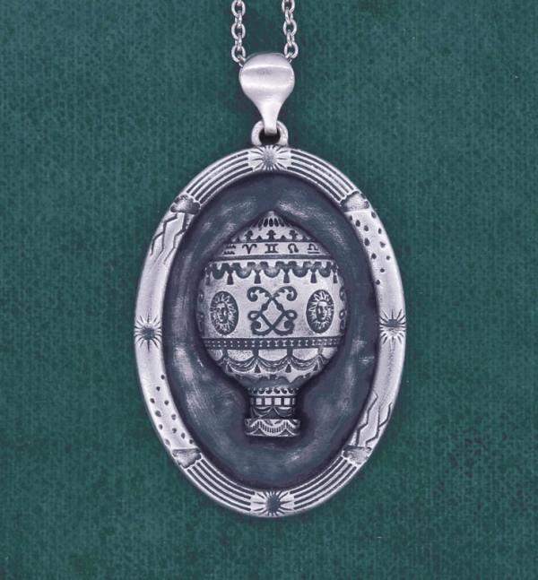 Pendentif ovale, motif de montgolfière ancienne esprit royauté Louis XIV, et cadre à motifs de météo en argent made in France | Res Mirum