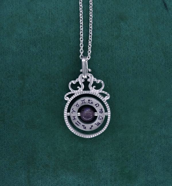 Mini pendant in l'spirit of time turners with labradorite stone in the center made in France | Res Mirum