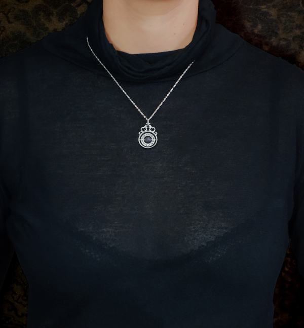 Mini pendant in l'spirit of time turners with labradorite stone in the center made in France worn | Res Mirum
