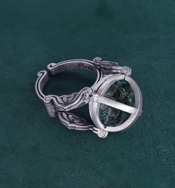Solid silver ring globe spirit enclosing a stone d'raw blue apatite spirit mineralogy | Res Mirum