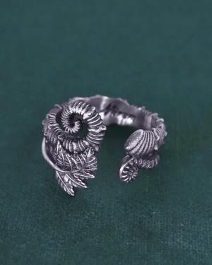 Bague ouverte à motifs de fougères, crosse & d'ammonite déroulée inspirée des fossiles du crétacé en argent fabriquée en France artisanalement | Res Mirum