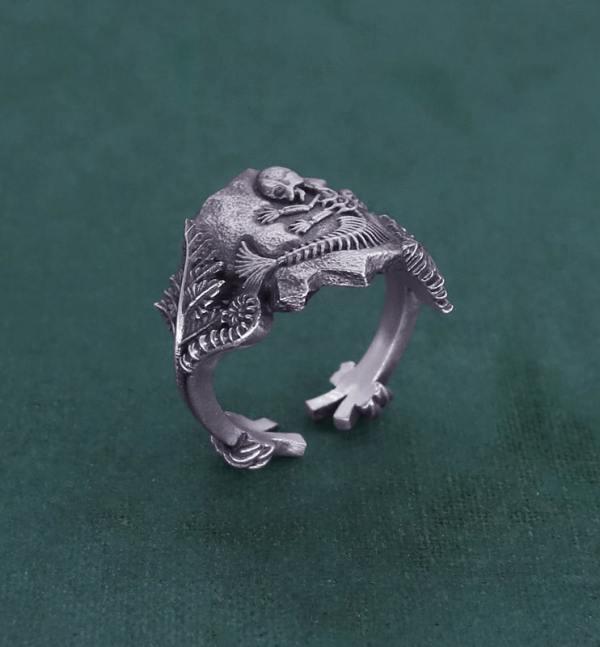 Bague ornée d'un fossile de foetus de sirène et de fougères, inspirée des chimères anciennes de la paléontologie en argent de fabrication artisanale | Res Mirum