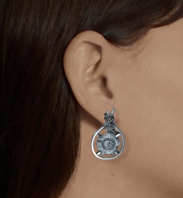 Boucles d'oreilles asymétriques avec motifs de fossiles de Limule & de Trilobite et de décors de fougères en argent fabriquée en France artisanalement portées Limule | Res Mirum