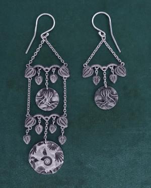 Boucles d'oreilles longues asymétriques inspirées des fossiles de coquillages & de crinoïdes, en argent 925 patiné de fabrication artisanale française | Res Mirum