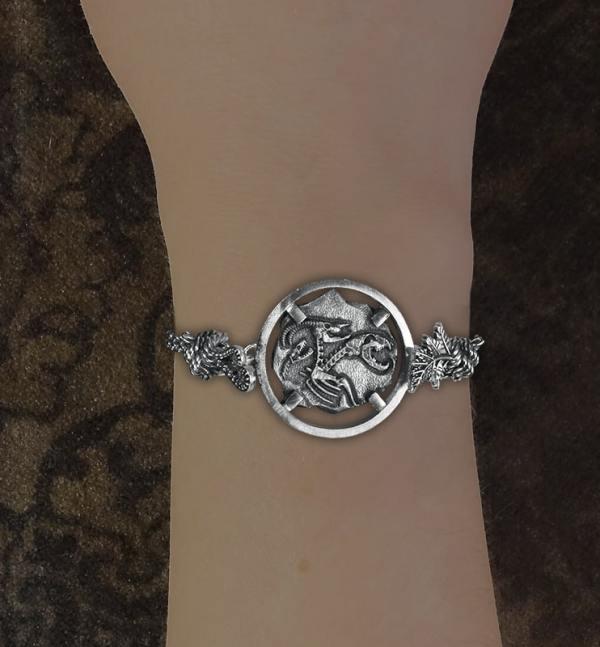 Bracelet avec motif façon fossile de squelette de chimère, animal mythologique de l'antiquité grecque en argent 925 de fabrication artisanale porté | Res Mirum