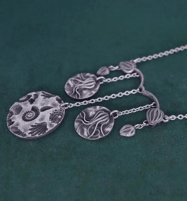 Collier inspiré des collections paléontologiques de crinoïdes & de fossiles en argent 925 de fabrication artisanale vue côté   Res Mirum