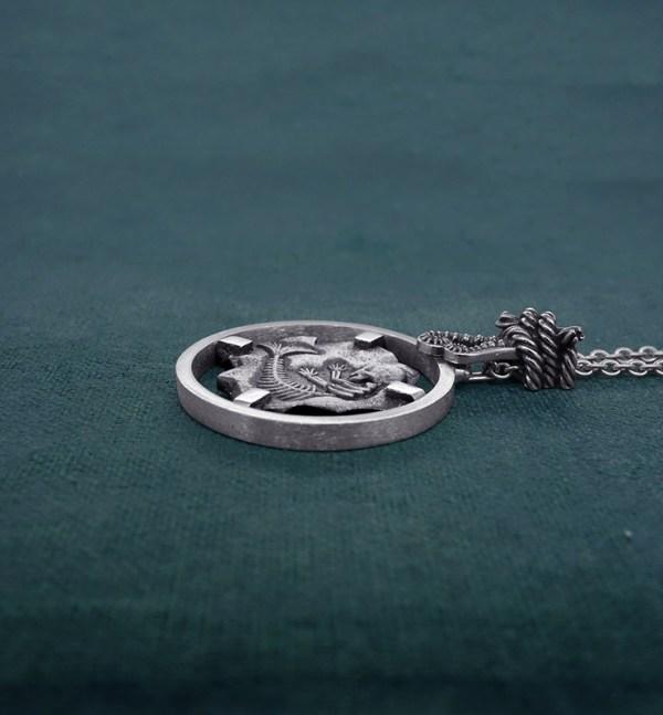 Sautoir esprit cryptozoologie fossile de foetus de sirène en argent 925 de fabrication artisanale vue côté   Res Mirum