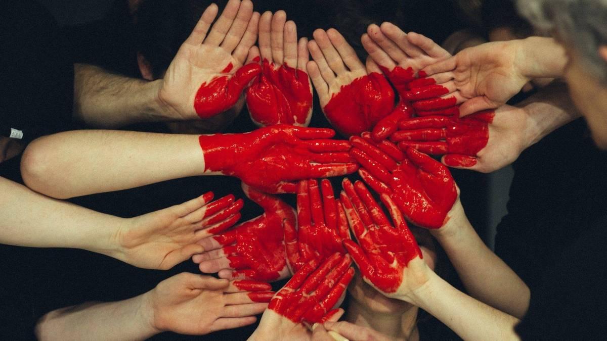 Corazón de manos-poligamia