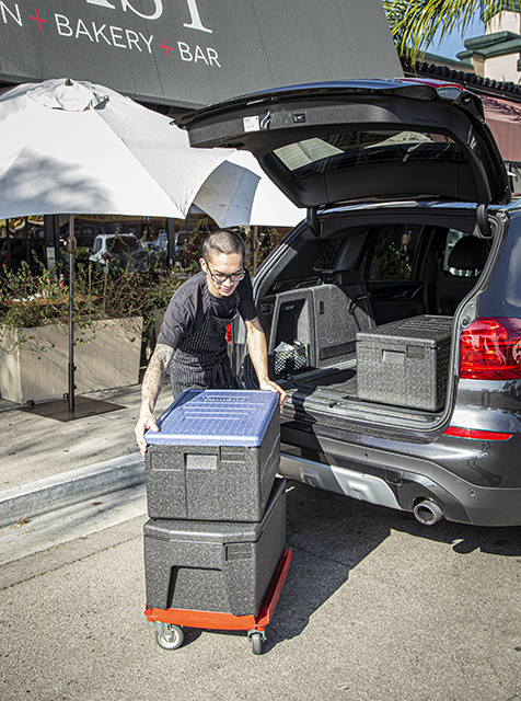 Cambro GoBox Carriers are easy to load and unload for smooth, efficient delivery.