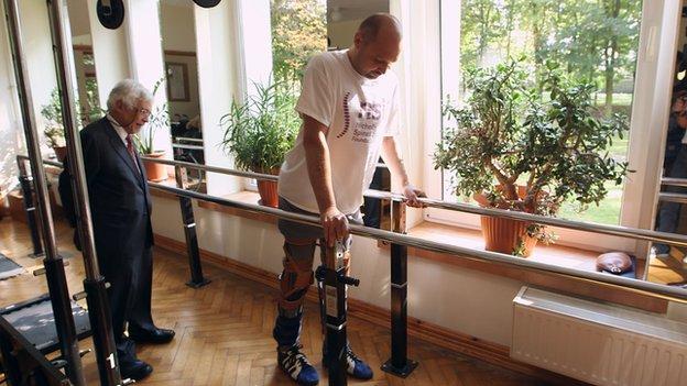 Ανάπηρος περπάτησε με επαναστατική θεραπεία