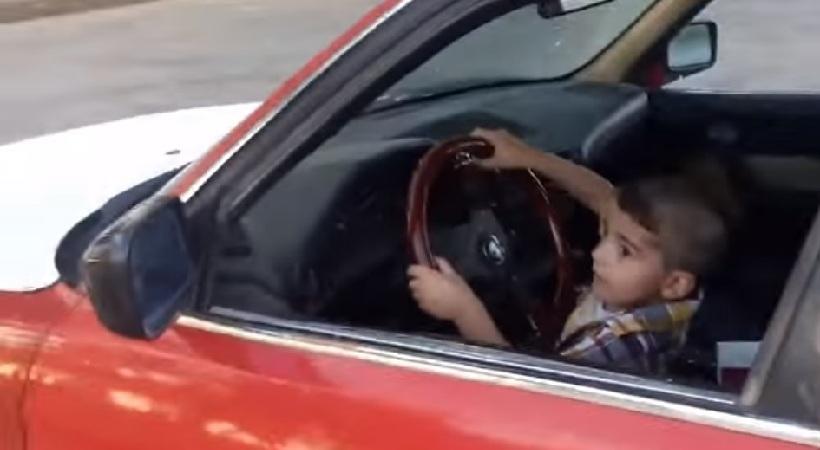 ΑΠΙΣΤΕΥΤΟ: Τρίχρονος πιτσιρικάς κάνει drift με BMW! (video)