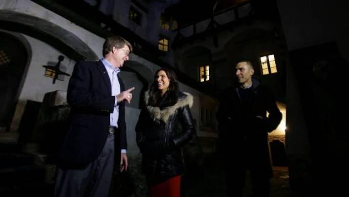 Tami y Robin Varma son recibidos por Dacre Stoker, gran-sobrino-nieto del gótico Drácula escritor de la novela de Bram Stoker, en el interior ...
