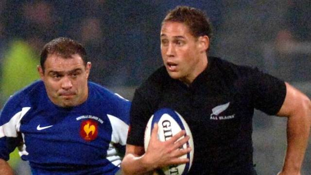 New Zealand's Luke McAlister did his best to avoid Raphael Ibanez in Lyon in 2006.