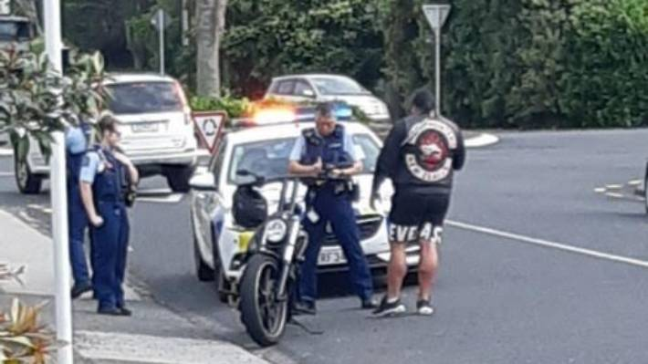 A patched gang member has a chat with police in Lancaster Rd in 2020.