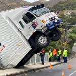 Truck left dangling over bank after driver leaps to safety before crash 💥🚑🚓🚑🚓🚑🚓💥